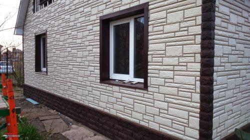 Отделка дома фасадными панелями - камень белый