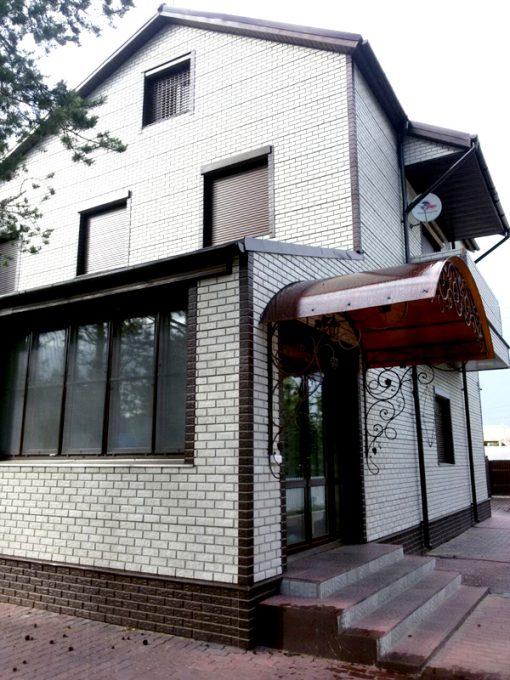Отделка фасада дома цокольным сайдингом Кирпич мелованный белый