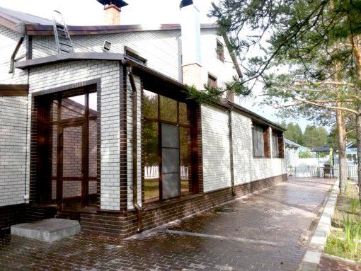 Отделка фасада дома цокольным сайдингом Кирпич мелованный белый, цоколь - Кирпич жженый