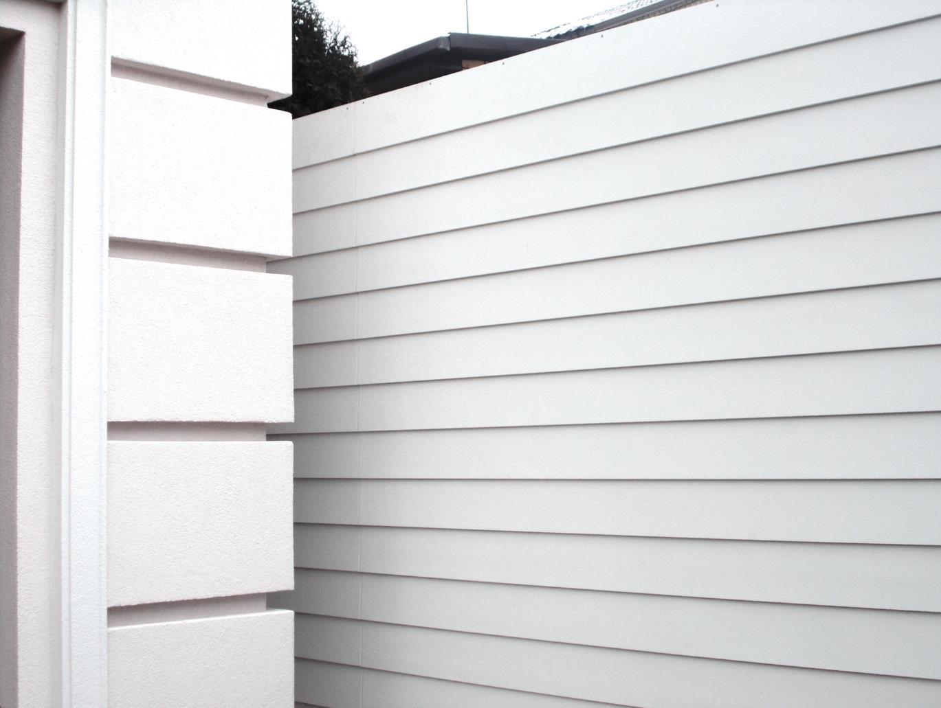 Белоснежное ограждение из доски КЕДРАЛ для белоснежного особняка в неоклассическом стиле