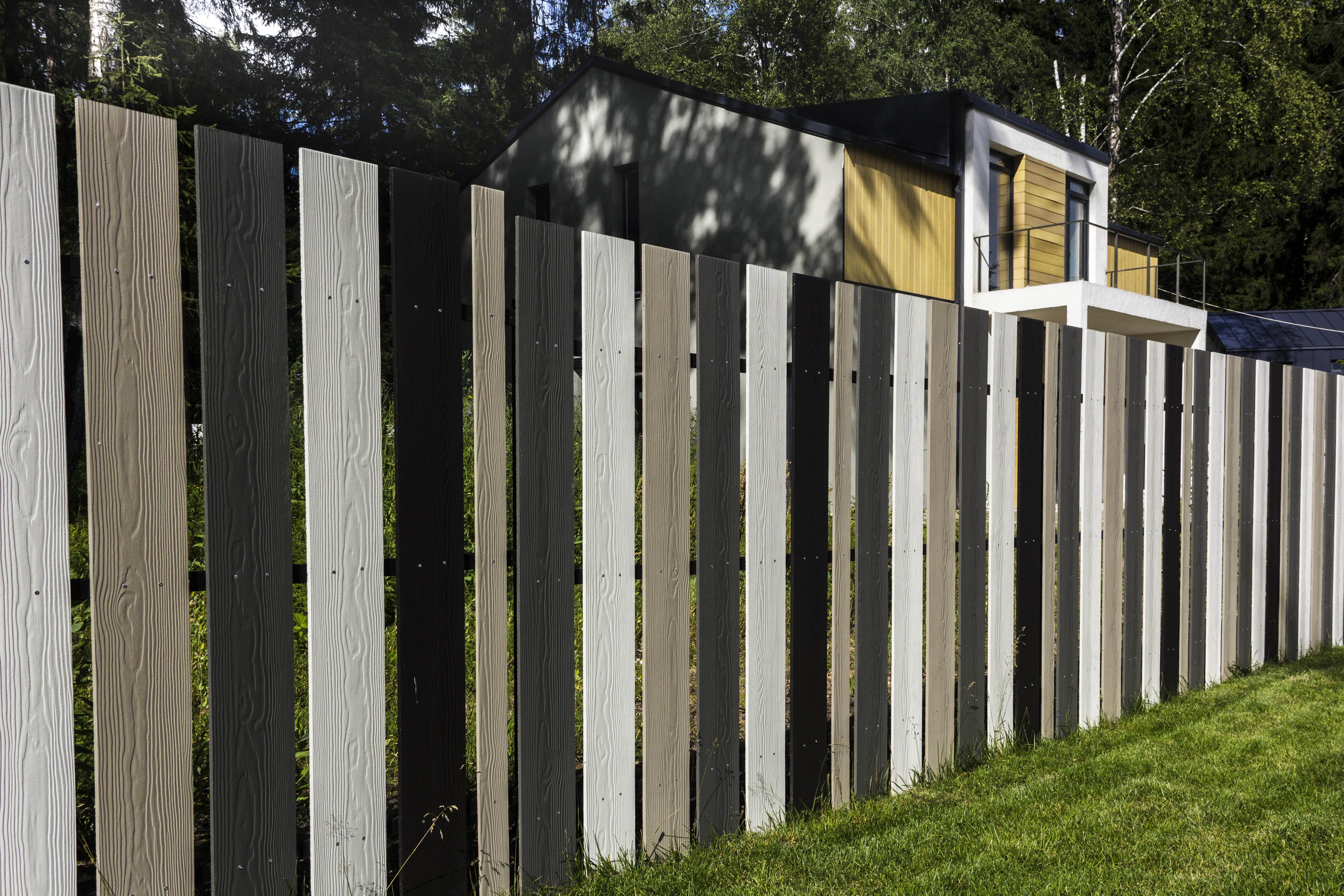 Кедрал доска из фиброцемента на заборе, ограждении в традиционном стиле