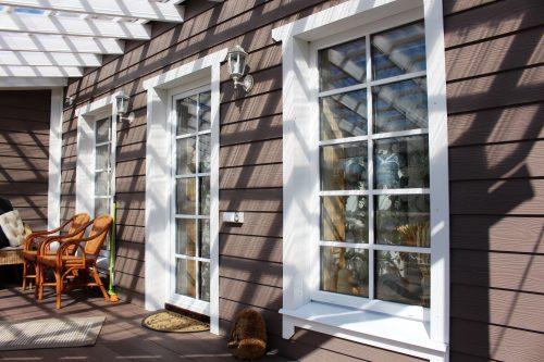 Частный дом с уютной верандой и белыми наличниками в стиле Прованс с доской КЕДРАЛ