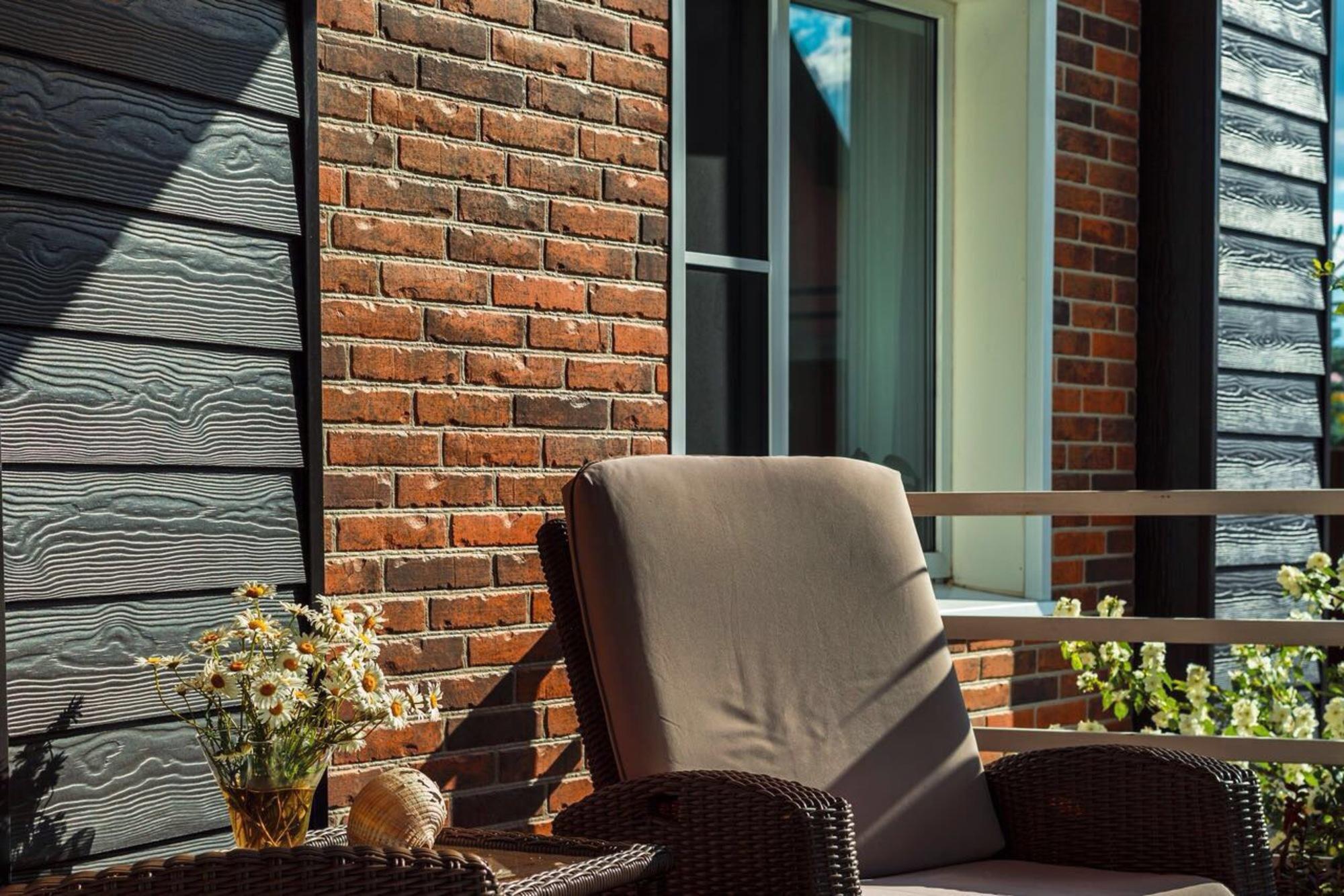Фасадная доска КЕДРАЛ в сочетании с кирпичом, отделка веранды в стиле «Прованс»